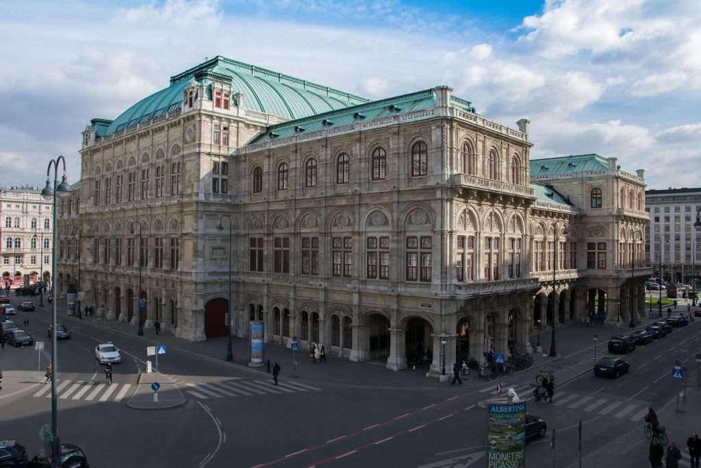 Nachtclub Maxim Wien liegt gegenüber  der Wiener Staatsoper